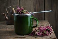 Emaillierte Schale gesunder Echinaceatee mit Tee infuser, trockenen coneflowers und Weinleseteekanne stockfotos