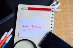 Emailmarknadsföringsord som är skriftligt på papper email marknadsföringstext på arbetsboken, teknologiaffärsidé royaltyfri fotografi