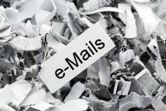 Emails de papier déchiquetés de mot-clé Photos libres de droits