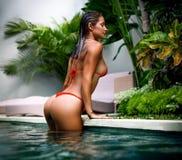 Emale model pozuje basenem fotografia stock
