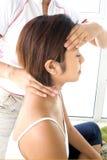 Emale recevant la tête et le dos du cou Photos libres de droits
