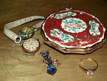 Emaljerad tappning pusta asken, kvinnliga klockor och smycken close upp Nostalgi minnen Familjsmycken gripa fotografering för bildbyråer