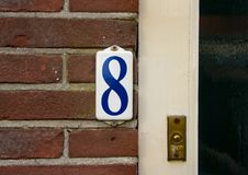 Emaljerat hus nummer åtta 8 Arkivbild