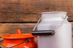 Emaljerat mjölka cans med lock royaltyfri bild