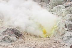 Emanações de enxôfre que emitem-se do respiradouro, Hokkaido imagens de stock royalty free
