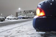 Emanações de exaustão de um aquecimento de avanço em marcha lenta do carro imagem de stock