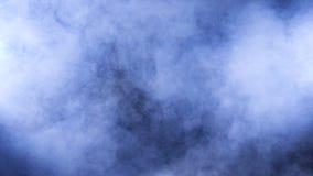 Emanações e fumo abstratos densos no fundo preto filme