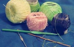 Emaranhados complicados do fio colorido para a confecção de malhas e as agulhas de crochê Imagens de Stock Royalty Free
