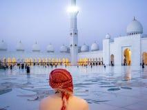 Emarati mężczyzna patrzeje Sheikh w Uroczystym meczecie przy zmierzchem zdjęcie stock
