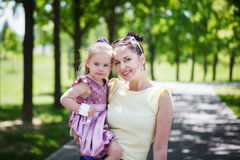 семья счастливая Будьте матерью и взгляд на камере, улыбка дочери, emb Стоковая Фотография RF