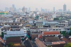 Embaçamento da noite sobre os telhados de Banguecoque imagem de stock royalty free