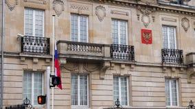 Embajada del ruso de la bandera de la media asta de la cámara lenta metrajes
