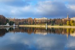 Embakent Svisloch rzeka w Yanka Kupala parku w jesieni minister Bia?oru? obraz royalty free