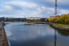 Embakent Svisloch rzeka w Yanka Kupala parku w jesieni minister Bia?oru? obrazy stock