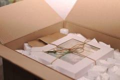 embalado y la cuerda ató las cajas de la galleta con la cubierta transparente y y una etiqueta para el texto fotos de archivo