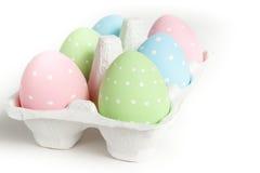 Embalagem com os ovos da páscoa pontilhados coloridos Fotos de Stock