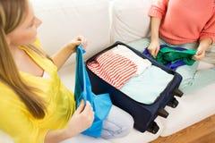 A embalagem da jovem mulher veste-se no saco do curso Imagens de Stock Royalty Free