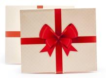 Embalagem de papel velha com fita vermelha e curva vermelha Fotos de Stock Royalty Free