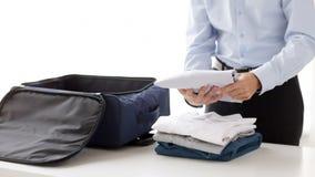 A embalagem do homem de negócios veste-se no saco do curso vídeos de arquivo