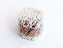 Embalagem transparente plástica quase completa com os cotonetes de algodão para limpar as orelhas isoladas em um fundo branco imagem de stock royalty free