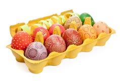 Embalaje con los huevos de Pascua aislados en blanco Imagen de archivo libre de regalías