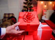Embalaje de concepto de los regalos Momentos mágicos Prepare los regalos de la sorpresa para la familia y los amigos Prepárese po imágenes de archivo libres de regalías