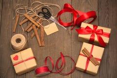 Embalaje de la preparación de los regalos, accesorios en el escritorio de madera foto de archivo