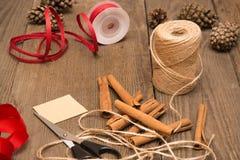 Embalaje de la preparación de los regalos, accesorios en el escritorio de madera foto de archivo libre de regalías