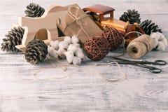 Embalaje de los paquetes rústicos de la Navidad del eco con el papel marrón, secuencia Foto de archivo