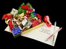 Embalaje de los regalos de la Navidad Foto de archivo libre de regalías