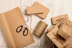 Embalaje de los regalos de la Navidad en el papel y la cuerda de Kraft Imagen de archivo libre de regalías