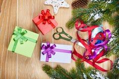 Embalaje de los regalos de Navidad Imagen de archivo libre de regalías