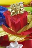 Embalaje de los regalos de una Navidad fotografía de archivo libre de regalías