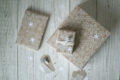 Embalaje de los regalos para el día de fiesta en invierno Imágenes de archivo libres de regalías