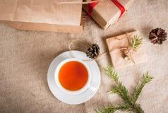 Embalaje de los regalos para la Navidad Foto de archivo