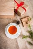 Embalaje de los regalos para la Navidad Imagen de archivo