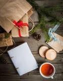 Embalaje de los regalos para la Navidad Fotografía de archivo