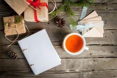 Embalaje de los regalos para la Navidad Fotografía de archivo libre de regalías