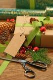 Embalaje de los regalos para los días de fiesta Imagenes de archivo
