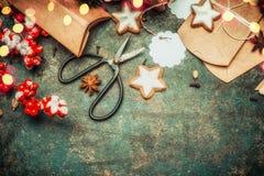 Embalaje de regalos de la Navidad con las cajas de cartón marrones, los esquileos, las galletas y las decoraciones festivas, visi Fotos de archivo