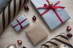 Embalaje de regalos de la Navidad Foto de archivo