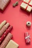 Embalaje de regalos de Navidad fotos de archivo