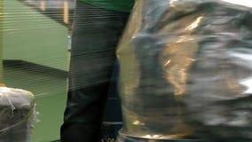 Embalaje del bolso del equipaje del equipaje en el terminal de aeropuerto metrajes