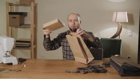 embalaje del lazo de mariposa de los productos finales hecho de lanas Funcionamiento apuesto del hombre joven como sastre y usar  metrajes