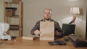 embalaje del lazo de mariposa de los productos finales hecho de lanas Funcionamiento apuesto del hombre joven como sastre y usar  almacen de metraje de vídeo