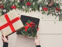 Embalaje del regalo del regalo de Navidad en el fondo de madera blanco Fotografía de archivo libre de regalías
