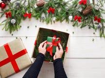 Embalaje del regalo del regalo de Navidad en el fondo de madera blanco Foto de archivo libre de regalías