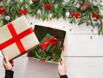 Embalaje del regalo del regalo de Navidad en el fondo de madera blanco Fotos de archivo libres de regalías