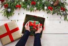 Embalaje del regalo del regalo de Navidad en el fondo de madera blanco Imagenes de archivo