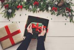 Embalaje del regalo del regalo de Navidad en el fondo de madera blanco Fotos de archivo